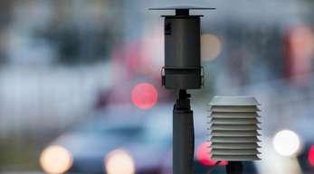 Autos neben einer Messstation des Landesumweltamtes inKöln. Luftreinhaltepläne und Dieselfahrverbote. Der Deutsche Städtetag fordert mehr Unterstützung von Bund und Ländern für die Umsetzung von Luftreinhalteplänen.