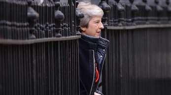 Großbritanniens Premierministerin Theresa May verlässt die Downing Street. Mehrere ihrer Minister drohen indirekt mit Rücktritt, sollte die Regierungschefin beim Brexit-Abkommen nicht nachverhandeln.
