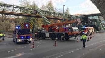 Die Wuppertaler Feuerwehr sichert den Gleisabschnitt der Schwebebahn, nachdem sich dort eine Stromschiene gelöst hatte und in die Tiefe gefallen war.