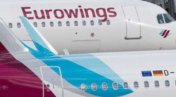 Zwei Flugzeug der Lufthansa-Tochter Eurowings stehen auf dem Flughafen Düsseldorf.