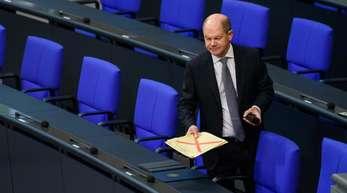 Olaf Scholz (SPD), Bundesminister der Finanzen, kommt zu einer Plenarsitzung des Deutschen Bundestages.