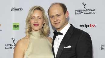 Anna Schudt kommt mit ihrem Mann Moritz Führmann zur Verleihung der 46. International Emmy Awards.