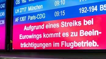«Aufgrund eines Streiks bei Eurowings kommt es zu Beeinträchtigungen im Flugbetrieb» wird am Düsseldorfer Flughafen auf der Abflugtafel eingeblendet.