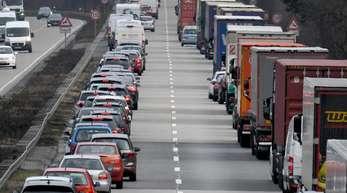 Eine Rettungsgasse zu blockieren kann 320 Euro maximal plus Fahrverbot kosten.