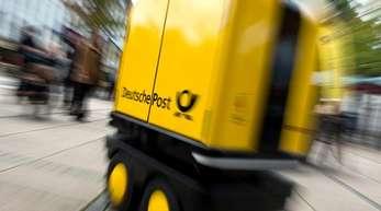 """Ein Zustell-Roboter """"PostBOT"""" für Briefträger:Die Deutsche Post will nach einem in Deutschland einmaligen Test mit einem Begleitroboter im Zustelldienst das Projekt vorantreiben."""