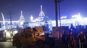 Sicherheitskräfte inspizieren den Ort einer Explosion in Kabul.