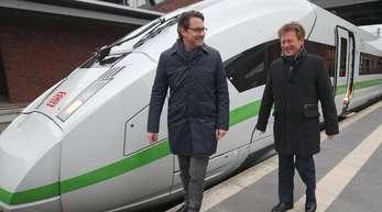 Andreas Scheuer (CSU, l), Bundesverkehrsminister, und Bahnchef Richard Lutz stehen auf dem Bahnhof Gesundbrunnen vor einem neuen ICE 4.