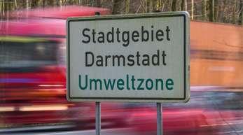 Ein Schild weist das Stadtgebiet als Umweltzone aus. Das Verwaltungsgericht inDarmstadt verhandelt über ein Fahrverbot für ältere Dieselfahrzeuge.
