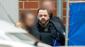 Der wegen vielfachen Mordes angeklagte Niels Högel wird von Justizbeamten zum Gefangenentransporter geführt.