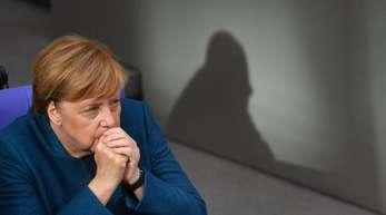 Bundeskanzlerin Angela Merkel im Deutschen Bundestag nach ihrer Regierungserklärung zum EU-Gipfel.
