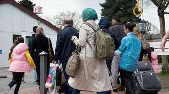«Flüchtlingsbürgen» sind Menschen, die sich gegenüber der Ausländerbehörde verpflichtet haben, die Lebenshaltungskosten für einen Flüchtling zu übernehmen.