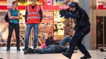 Bei der bisher größten Anti-Terror-Übung auf einem deutschen Flughafen haben Polizisten in der Nacht zum Mittwoch den Ernstfall geprobt.