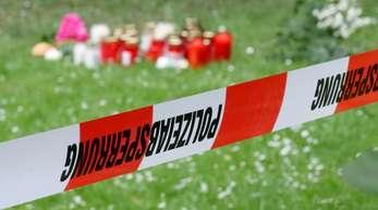 Trauerkerzen und Blumen am Tatort in Viersen.