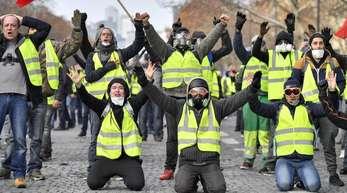 Demonstranten in gelben Westen protestieren in der Nähe des Arc des Triumph.