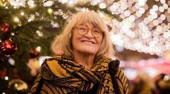 Alice Schwarzer auf dem Weihnachtsmarkt am Kölner Dom.