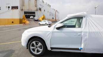Der Exportmotor läuft:Fahrzeuge des Volkswagen Konzerns werden im Hafen auf ein Autotransportschiff verladen.