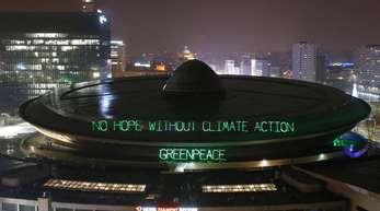 Greenpeace beleuchtet den Mehrzweck-Arenenkomplex «Spodek» mit den Worten «No hope without climate action - Greenpeace».