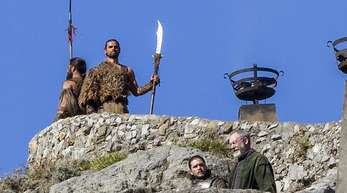 Kit Harington (unten links, als Jon Schnee) und Liam Cunningham (unten rechts, als Ritter Ser Davos Seewert) bei Dreharbeiten zur siebten Staffel von «Game of Thrones».
