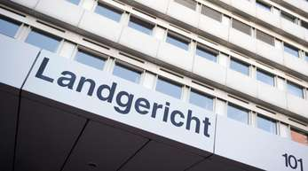 Wegen einer selbstgebauten Blitzer-Attrappe in seinem Vorgarten steht ein Mann von Montag an vor dem Kölner Amtsgericht.