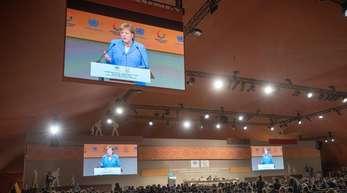 Kanzlerin Angela Merkel (CDU) hat den UN-Migrationspakt als Meilenstein in der internationalen Politik für den Umgang mit Migration gewürdigt.