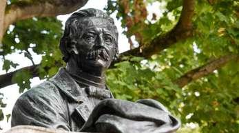 Rastender Wanderer mit Stock und Hut: Theodor Fontane als Denkmal in Neuruppin.