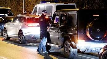 Polizeibeamte kontrollieren bei einer Hochzeitsfeier zweier Familienclans Fahrzeuge - die meisten aus der Luxusklasse.