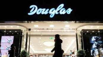 Der deutsche Parfümeriemarkt ist derzeit im Umbruch, neue Konkurrenten machen dem Marktführer Douglas die Kunden streitig.