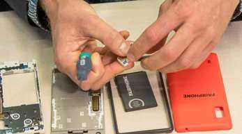 Fairphone-Geräte lassen sich leicht für eine Reparatur zerlegen. Die Niederländer setzen bei ihren Smartphones traditionell auf eine längere Nutzungsdauer.