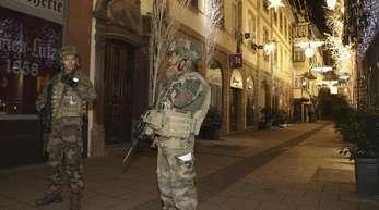 Soldaten sichern nach dem Angriff den Straßburger Weihnachtsmarkt.