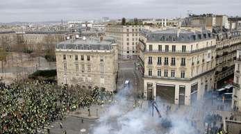 Tränengaseinsatz gegen «Gelbwesten» in Paris.