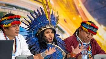 Sonia Guajajara (M), brasilianische Umweltaktivistin, spricht auf einer Pressekonferenz zum Thema «Indigene Völker» beim Weltklimagipfel.