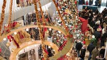 Kaufhäuser wie das KaDeWe locken nicht nur zu Weihnachten Kunden aus aller Welt an.