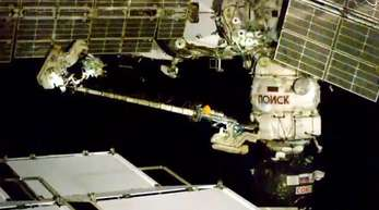 Die beiden Kosmonauten der ISS bei ihrem Außeneinsatz.