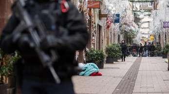 Ein Polizist steht nach dem Angriff in der weihnachtlich geschmückten Innenstadt vonStraßburg.