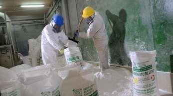 Arbeiter füllen in einer Pilotanlage am Salzsee von Uyuni in Bolivien Lithiumkarbonat in 20-Kilogramm-Säcke ein.