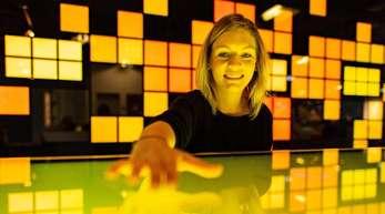 """Die Kuratorin Judith Spickermann in der Ausstellung: """"Künstliche Intelligenz und Robotik"""" im Heinz Nixdorf MuseumsForum. KI trifft auf ein ambivalentes Echo, sagte der Verband ZVEI."""
