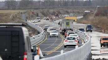 Nach der Freigabe der 773 Meter langen Behelfsbrücke für die teilweise im Moor versunkene Ostseeautobahn A20 rollen die Fahrzeuge in beiden Richtungen.