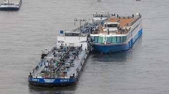 Zwei Tankschiffe sichern das Kabinenschiff, das manövrierunfähig auf dem Rhein treibt.