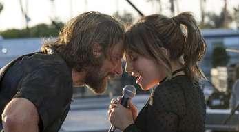 Während der Stern von Eddie Brock (Bradley Cooper)zu sinken beginnt, steigt Ally (Lady Gaga)zum Star auf.