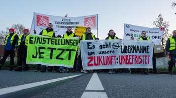 Beschäftigte von Opel nehmen an einer Demonstration am Stammsitz Rüsselsheim teil.