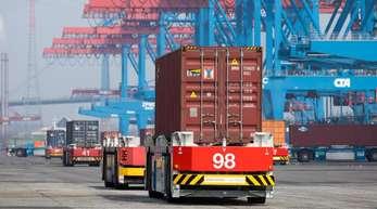 Container-Terminal in Hamburg: Das ifo-Institut ist für 2019 deutlich pessimistischer als andere Forschungsinstitute.