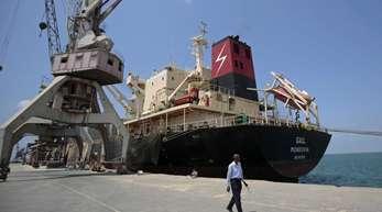 Ein Frachtschiff liegt im Hafen der jemenitischen Stadt Hudaida.