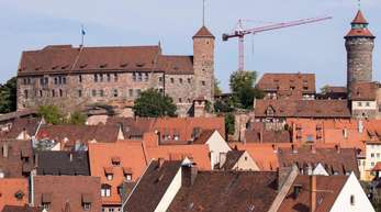 In Nürnberg sind drei Frauen durch Stiche schwer verletzt worden.