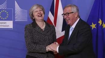 Theresa May wird von Jean-Claude Juncker, Präsidenten der Europäischen Kommission, im EU-Hauptquartier begrüßt.
