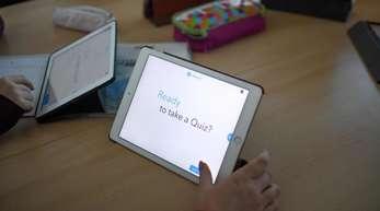 Schüler arbeiten mit einem iPad im Englischunterricht. «Der Digitalpakt und wichtige Investitionen in Bildung dürfen nicht politisch verstolpert werden», sagt Göring-Eckardt.