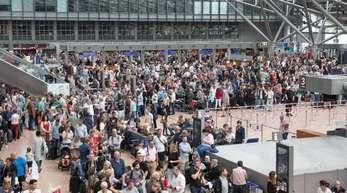 Flugreisende stehen während eines Stromausfalls im Flughafen. Bei der Schlichtungsstelle für den öffentlichen Personenverkehr ist die Zahl der Beschwerden über Flugreisen in diesem Jahr stark angestiegen.