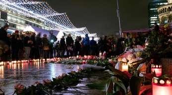 Menschen kommen zur Gedenkstätte für die Opfer des Terroranschlags in Berlin.