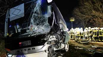 Das Baustellenfahrzeug war auf der Bundesstraße 26 in den Gegenverkehr geraten und dort mit dem Reisebus kollidiert.