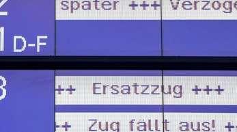 """""""Später"""", """"Verzögerung"""", """"Ersatzzug"""" und """"Zug fällt aus!"""" steht im Hauptbahnhof auf einer Anzeigetafel derBahn."""