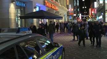 In einem Dortmunder Einkaufszentrum haben gezündete Böller Hunderte Menschen in Angst und Schrecken versetzt.